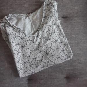 4/$15 Size 2X  short sleeve pattern t-shirt